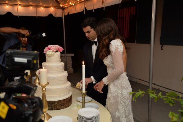 ¡Qué vivan los novios! Llegó la hora de disfrutar del pastel.