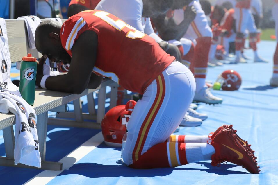 Justin Houstin, de los Kansas City Chiefs, se arrodilló en la ban...