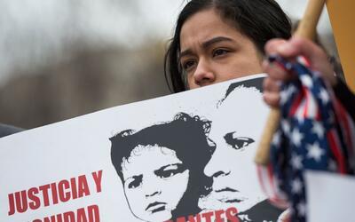 Una inmigrante indocumentada salvadoreña protesta frente a la Cas...