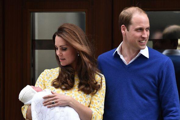 Kate no dejaba de ver a su hermosa bebé.