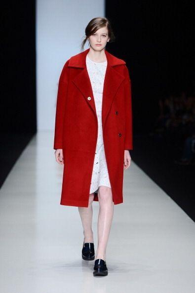 El rojo está listo para abrigarte de una manera mega 'trendy'. Viste un...