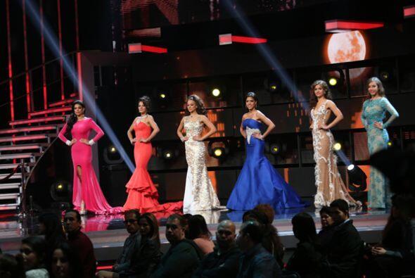 La gala arrancó con un homenaje a Selena. Las chicas se lucieron como nu...