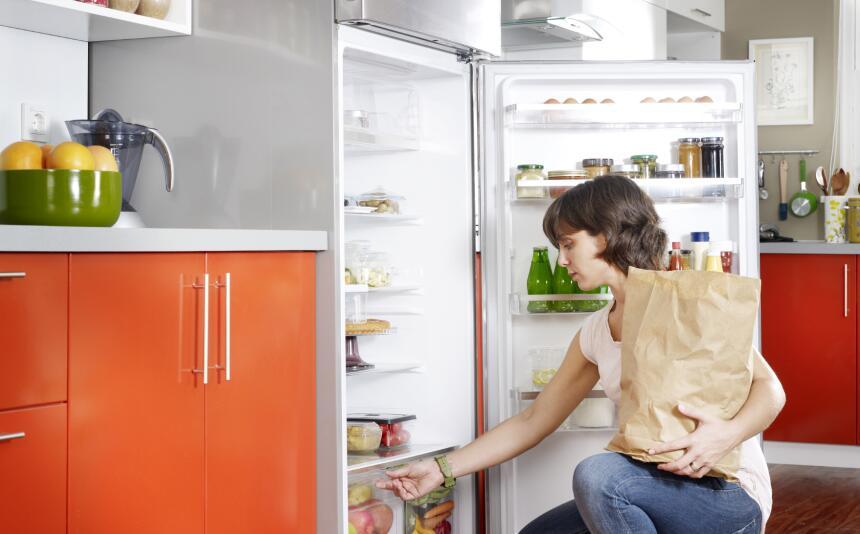 El primer paso es limpiar bien el refrigerador. Para ello es preciso que...