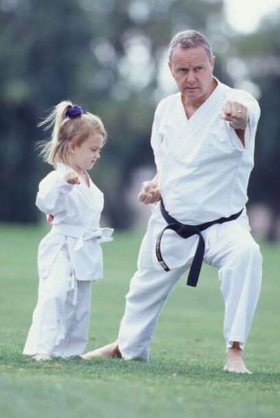 Apóyelo a que haga actividades que le interesen. Cursos de karate pueden...