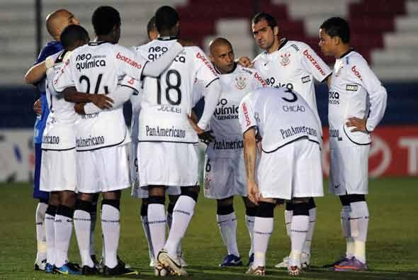 Previo al inicio del juego los jugadores del Corinthians se reunieron en...