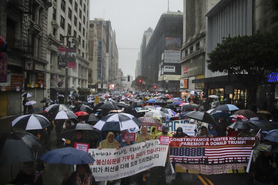 Avance del contingente anti-Trump por la calle Broadway, en Los Ángeles.