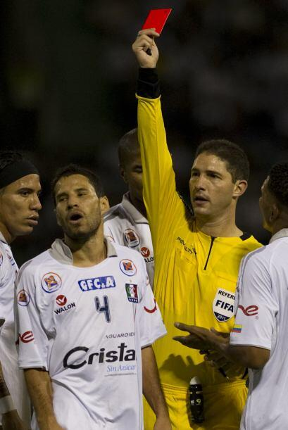 Tarjetita roja, bien roja la que le muestra el árbitro venezolano...