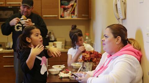 En esta imagen del 9 de enero de 2018, Enghie Melendez sentada junto a s...