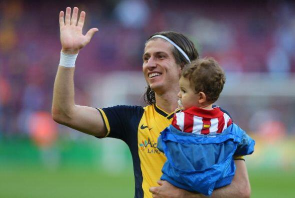 Filipe Luis celebra con su hijo.