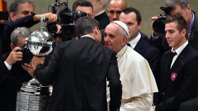 El Papa Francisco con la Copa Libertadores en el Vaticano.