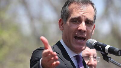 """""""El poder está en manos de los jóvenes"""": alcalde de Los Ángeles en reunión sobre violencia con armas de fuego"""