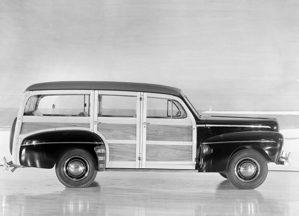 ¿Quién recuerda a la station wagon? 1946-Ford-Super-Deluxe-station-wagon...