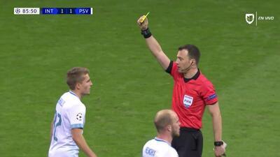 Tarjeta amarilla. El árbitro amonesta a Michal Sadilek de PSV