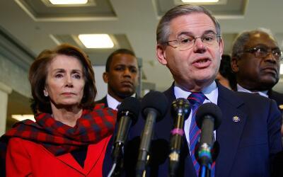 La congresista Nancy Pelosi (D-California) (izq.) y el senador Bob Men&e...