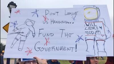 """""""No nos dejen colgando"""": trabajadores federales protestan en las afueras de la NASA en Houston"""