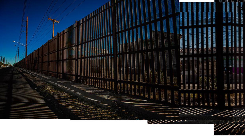 Alta valla que separa a las ciudades de Mexicali, en México, y Calexico,...