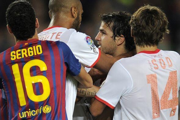 En un momento confuso, Kanouté le pegó a Fábregas y se armó una pelea.