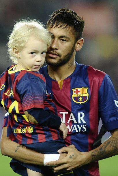 Neymar que siempre se ha mostrado muy cariñoso con sus pequeños fanático...