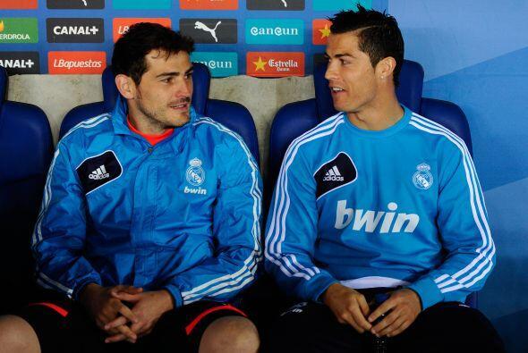 Casillas, uno que se ha hecho habitual en el banco, sentado junto a un i...