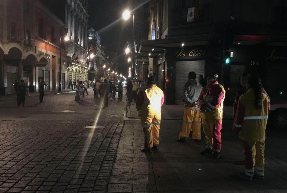 Gente en las calles céntricas de Ciudad de México luego de...