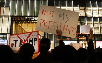Manifestantes anti-Trump en la 5ta Avenida frente a la Torre Trump en Nu...