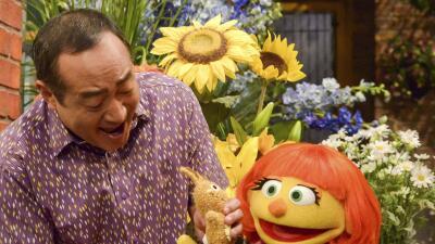 Julia, la marioneta de un nuevo personaje con autismo que se estrenará e...