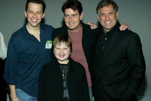 Charlie Sheen, Jon Cryer y Angus T. Jones con el presidente del canal....