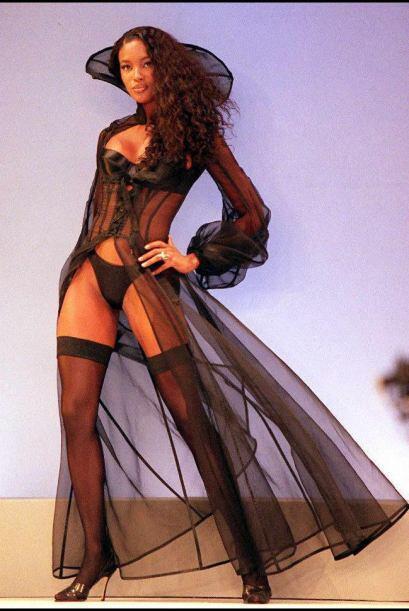 El 15 de abril de 1986 Naomi hizo su primera aparición en la portada de...