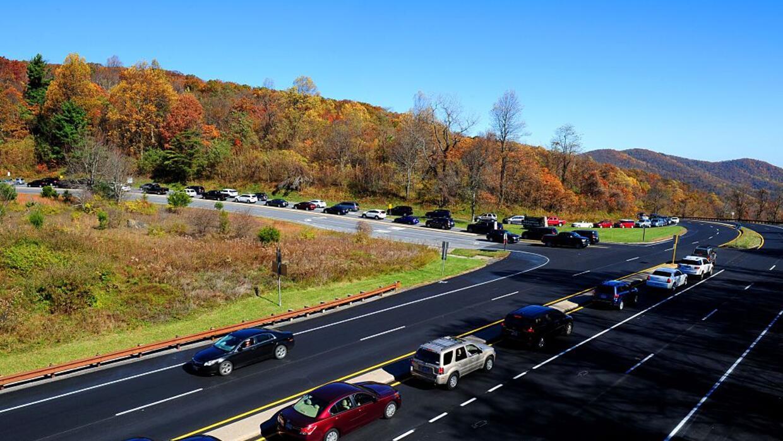 Una larga fila de automóviles espera entrar al Parque Nacional Shenandoa...