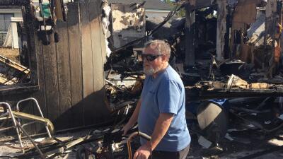 Robert Brix frente a los restos de su hogar en Sylmar, California. La de...