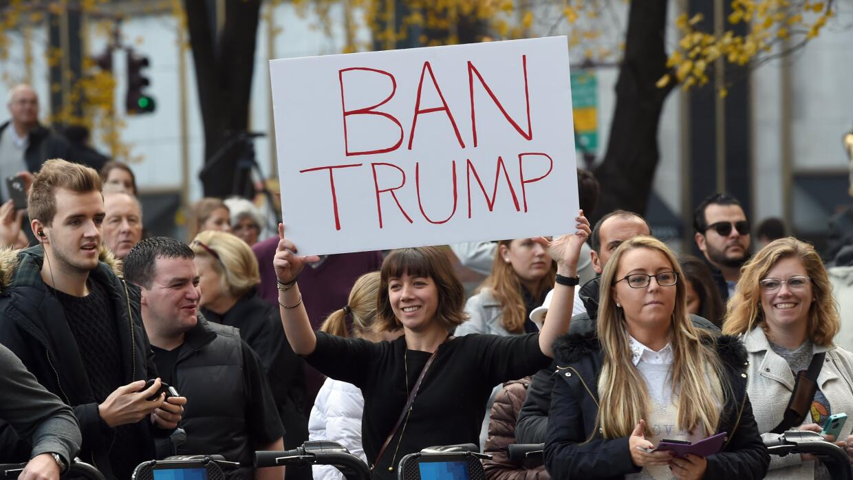Manifestantes en contra de Donald Trump.