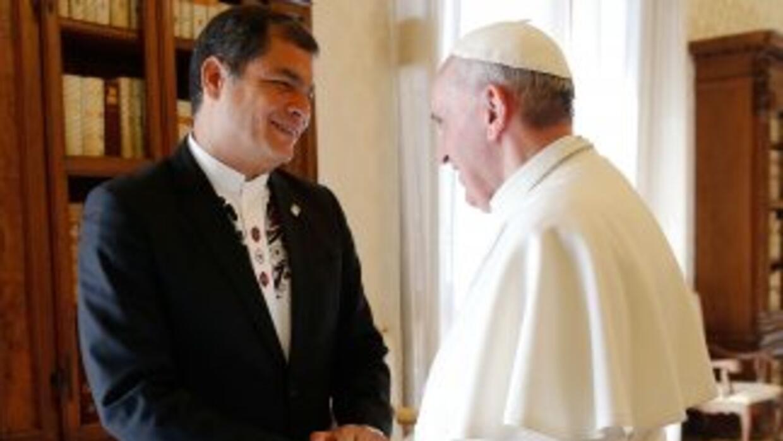 El presidente de Ecuador, RafaelCorrea, junto al Papa Francisco en el Va...