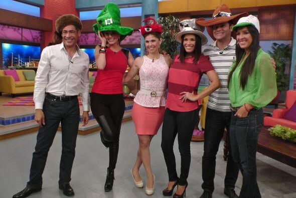 Con sus sombreros, los presentadores se divirtieron deseando feliz cumpl...