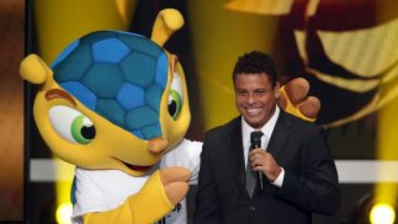 Ronaldo, aquí al lado de la mascota de Brasil 2014, será comentarista de...