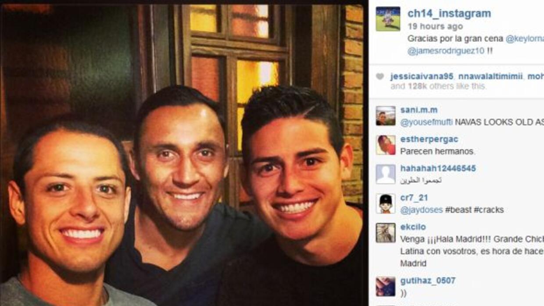 'Chicharito', Keylor y James posan sonrientes en el restaurante español.