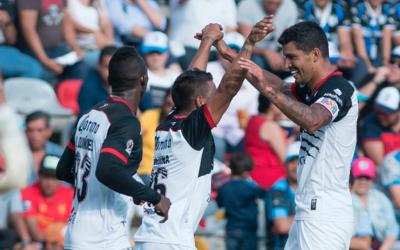 Lobos BUAP celebra un gol