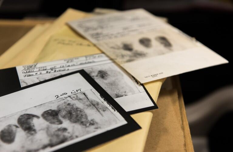 Las autoridades tienen huellas dactilares y de los zapatos del asesino.