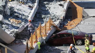 Impactantes imágenes del puente peatonal que se desplomó sobre autos en Miami