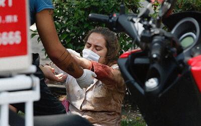 Una mujer herida es asistida por los cuerpos de rescate en la Ciudad de...
