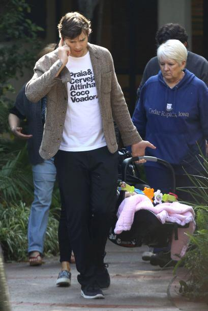 Los abuelos escoltaron a la hermosa bebé.