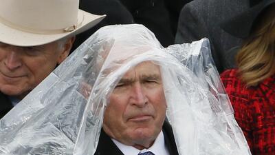 La puntada cantinflesca de George W. Bush con un impermeable en la toma de posesión