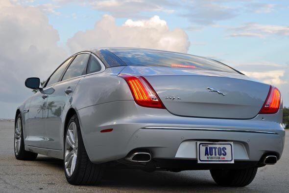 El XJL utiliza un motor V8 de 5.0 litros con 380 caballos de fuerza.