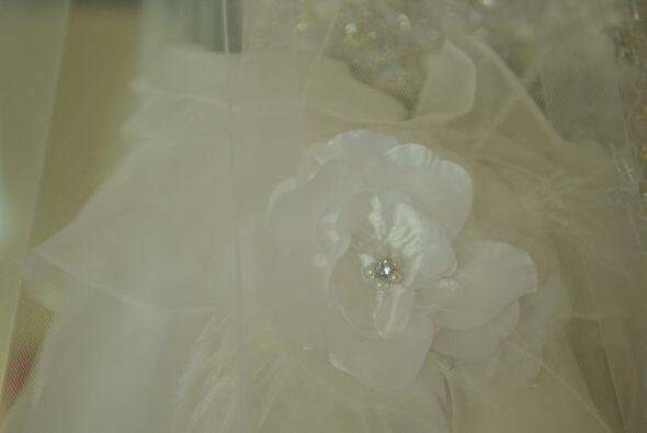 Las flores pegadas a los vuelos del vestido fueron hechas a mano.