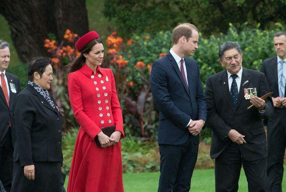Kate tuvo que dejar a George unos instantes. Mira aquí los videos más ch...
