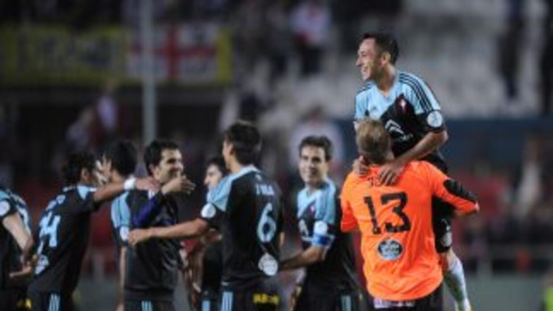 Los jugadores del Celta celebran su triunfo en Sevilla.