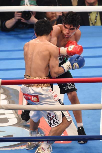 El mexiano comenzó a imponer su mayor alcance para frenara al boxeador l...