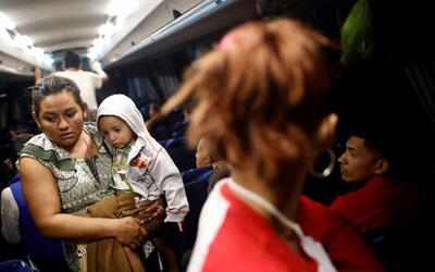 Una migrante centroamericana con su hijo en un autobús que los ll...
