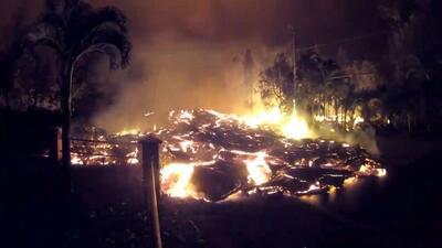 De noche y sin descanso: las impresionantes imágenes de cómo la lava cubre un vecindario de Hawaii