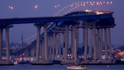 El puente Coronado, que une a San Diego con la isla Coronado, en el sur...