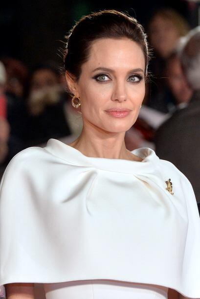 Angelina Jolie prefiere combinar el blanco con accesorios dorados, por e...
